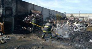 Bomberos de SSP extinguen incendio en corralón de Acajete