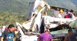 Volcadura de camión en barranco de la Puebla-Orizaba deja 2 heridos