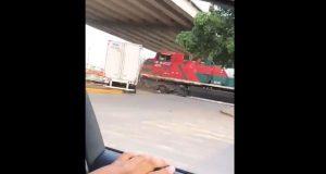 Exhiben en video a tráiler arrastrado por un tren en Guanajuato