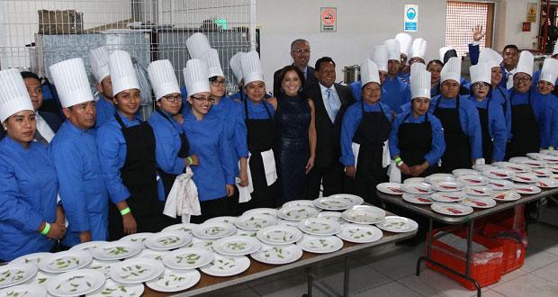DIF estatal reconoce a 34 egresados de gastronomía del Cecade