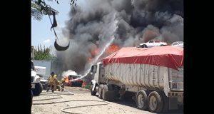 En 4 horas, incendio en corralón de Tehuacán quema 200 autos