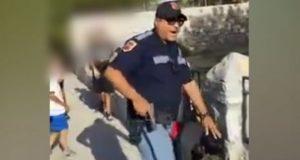 Video muestra a policía de Texas amenazar con arma a niños latinos