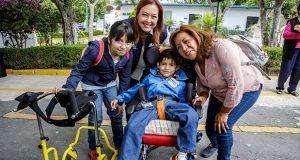 Smdif de Puebla da sillas de ruedas, aparatos auditivos y andaderas
