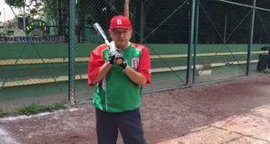 AMLO se escapa a batear y promete impulsar beisbol con escuelas