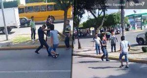 Acusan agresión a policías por intervenir en riña entre UPVA y taxistas