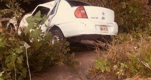 Vuelca automóvil y cae en barranca del río Atoyac