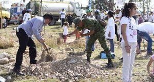 BUAP planta 10 mil árboles en Valsequillo para evitar erosión