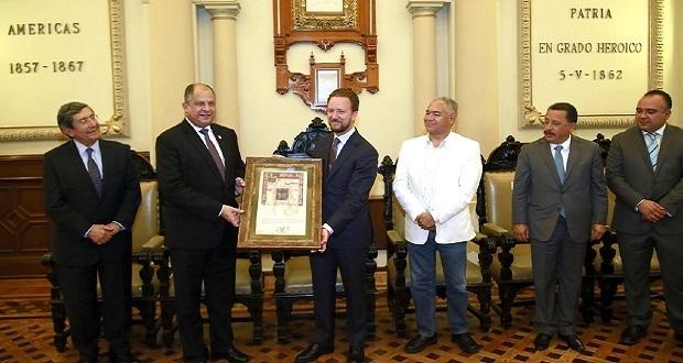 Banck entrega Cédula Real a Guillermo Solís, expresidente de Costa Rica