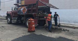 Cuadrillas del Bachetón reparan calles en colonias de Puebla capital