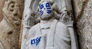 Grafitean escultura en la Catedral de Santiago de Compostela