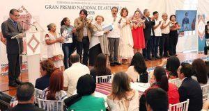 Fonart premia a 8 artesanos poblanos por sus bordados y pinturas