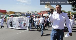 Marchan en Puebla trabadores de salud