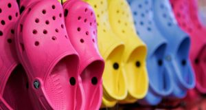 ¡Adiós sandalias! Crocs cierra fábricas en México e Italia