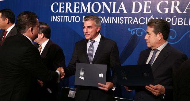 Acude Gali a ceremonia de graduación del Instituto de Administración