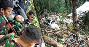 Niño sobrevive a avionazo en el que murieron 8 personas en Indonesia