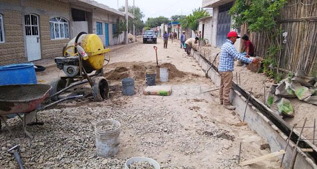 Inician trabajos de adoquinamiento de calle en Zinacatepec