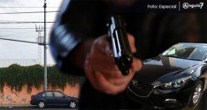Pese a cámara de DERI, sujetos a bordo de auto asaltan en la González Ortega
