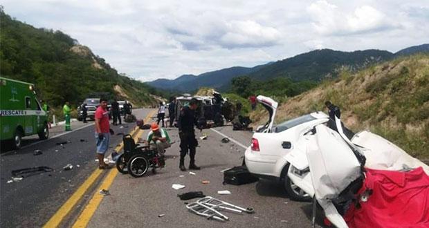 Choque entre 2 patrullas y auto en Michoacán deja 5 muertos