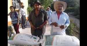 Antorcha entrega campesinos mixtecos fertilizantes e insumos