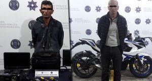 Detienen a 2 hombres por robo a colegio y de moto en Puebla capital