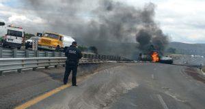 Incendio de vehículo causa cierre de circulación en Puebla-Orizaba