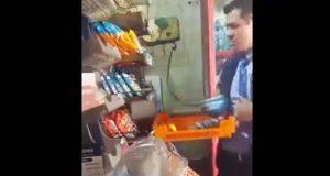 En CDMX, exhiben a repartidor de pan robando a anciano y lo despiden