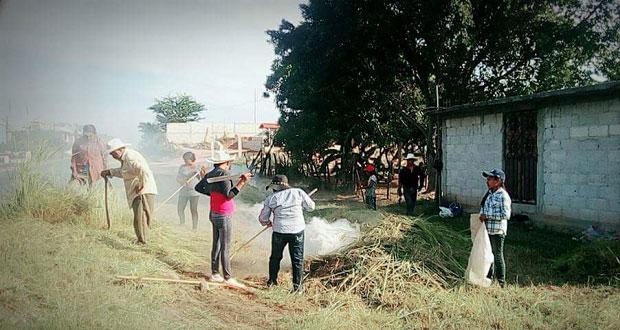 Campesinos ayudan a mejorar caminos de Huehuetlán el Chico