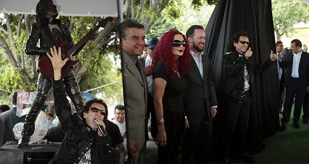 Develan estatua de Alex Lora en corredor de artistas de Puebla
