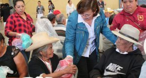 Comuna de Tepexi rifa utensilios de cocina entre adultos mayores