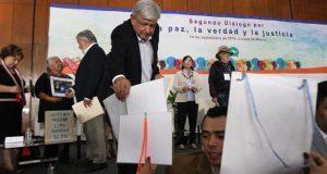 En 2° diálogo por la paz, exigen a AMLO justicia e increpan a EPN