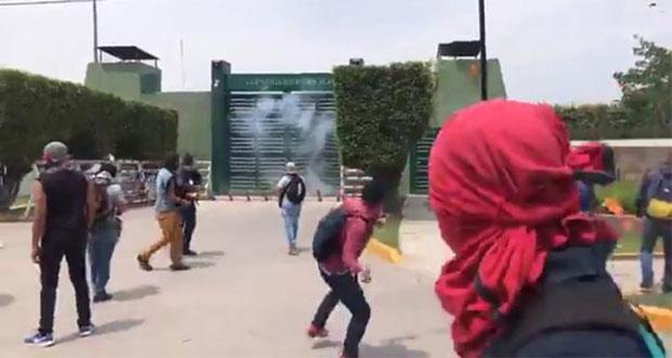 Atacan batallón de Iguala; tribunal dice sí a comisión por Ayotzinapa