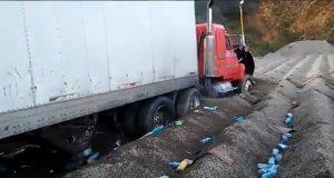 Mientras saqueaban tráiler, otro los atropella en la Puebla-Orizaba