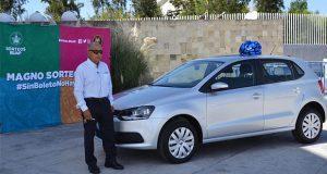 Entregan auto a ganador del 1er sorteo Compra y Gana de la BUAP