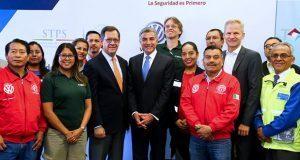"""STPS y gobierno estatal reconocen a Volkswagen como """"Empresa Segura"""""""