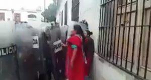 Desaloja a mujeres triquis en Oaxaca entre golpes y empujones