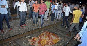 Tren arrolla a multitud en fiesta religiosa de la Inda