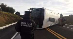 Autobús se vuelca sobre la Amozoc-Perote y deja 3 lesionados