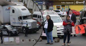 Bloquean bulevar Serdán porque vecinos cierran calles con rejas
