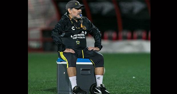 Maradona tiene problemas para caminar y debe operarse las rodillas