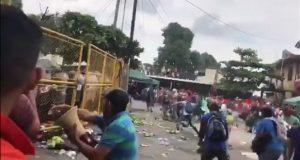 Migrantes enfrentan a policía en frontera de Guatemala y México