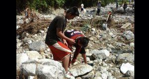 Estudiantes reparan acceso a centro escolar de comunidad en Jopala
