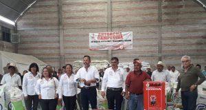 Antorcha y edil entregan fertilizantes a campesinos de Ixcaquixtla