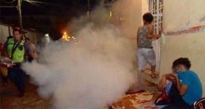 En Chiapas, comuna fumiga con insecticida a migrantes de caravana