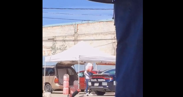 "Exhiben a patrulla federal abasteciéndose con ""huachicol"" en Libres"
