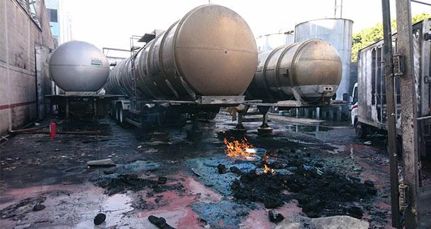 Desalojan a 2 mil por incendio en fábrica de alcohol en CDMX