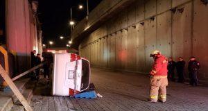 Volcadura en distribuidor Juárez-Serdán deja un muerto y 2 heridos