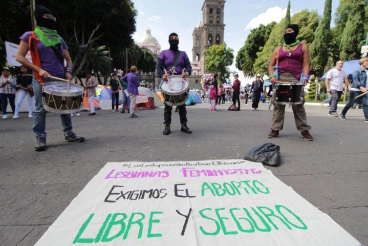 Diputados panistas marchan contra despenalizar aborto en Puebla