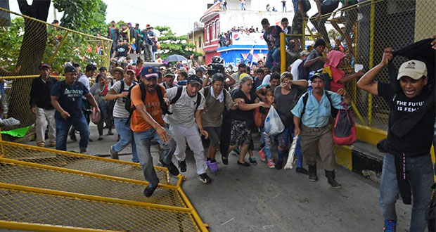 Caravana de migrantes hondureños entra por la fuerza a México