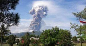 Tras sismo y tsunami, ahora volcán hace erupción en Indonesia