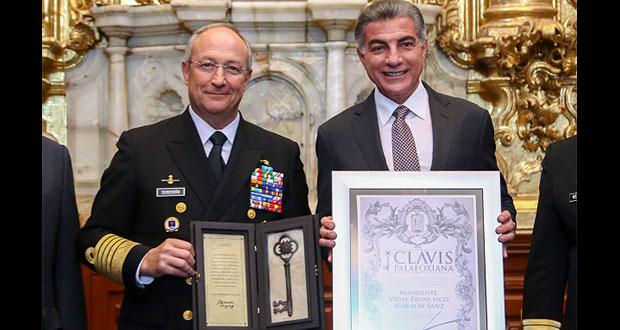 Gobierno estatal entrega Clavis Palafoxiana a secretario de Marina